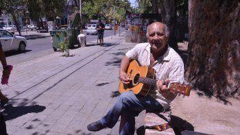 En las calles por Don Goyo. En la actualidad, Juan Carlos Garcés se dedica a difundir la obra de Gregorio Álvarez en cada rincón de la ciudad y también en las fiestas populares, donde lo convocan para honrar la memoria de su amigo, nacido el 28 de noviemb