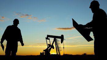 Los trabajadores de la industria petrolera están sintiendo el rigor de la crisis que afecta al sector. La vida de muchos de ellos cambiará drásticamente.