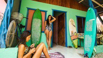 Las neuquinas Paola y Romina viven el presente en Costa Rica, con la cabeza puesta en el próximo destino.