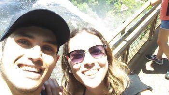 Mauro Godoy y su pareja, Daiana Hoberkorn, disfrutando las cataratas.