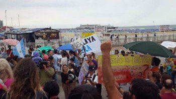 con sombrillas reclamaron por las playas publicas