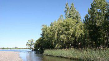 un joven neuquino se ahogo al intentar cruzar el rio limay en balsa las perlas