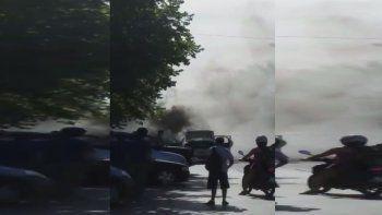 susto en el centro por un taxi que se incendio completamente cuando llevaba pasajeros