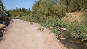 Un canal descarga los líquidos cloacales en el río Neuquén