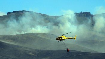 Las aeronaves no daban abasto para arrojar agua suficiente como para contener las llamas. El fuego ya afectó a unas 1500 hectáreas de vegetación nativa y pastos secos.