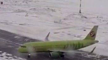 Susto en un avión al aterrizar en una pista congelada