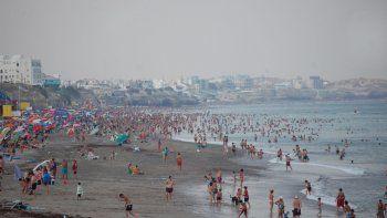 El humo no desanimó a los bañistas empecinados en disfrutar de la playa y el mar en el balneario rionegrino.