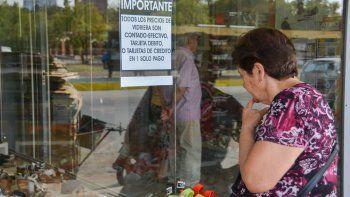 Mirar, calcular y luego decidir la modalidad de pago. Así se están manejando los consumidores en Neuquén.