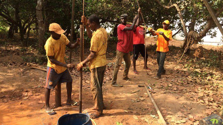 Alejandro Robles trabajaba en una empresa petrolera. Ahora fundó una ONG y ayuda a la gente de Guinea Bissau a sacar agua. Se fue con su familia para ayudar a quienes lo necesitan.