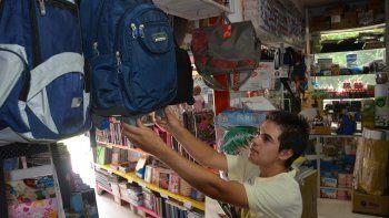 Los padres ya empezaron a consultar y comprar los útiles para el inicio de clases de sus hijos.