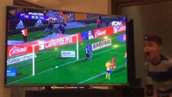El loco y emotivo festejo de los hijosde Rubens Sambueza por su primer gol en el Toluca