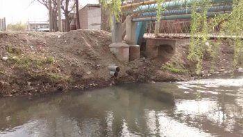 Identifican a los que tiran agua de la cloaca al arroyo Durán