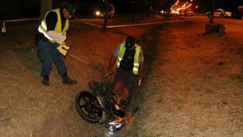 Un motociclista herido tras chocar contra un auto