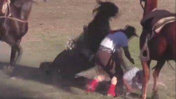 Se arrojó de su caballo para salvar a su compañero