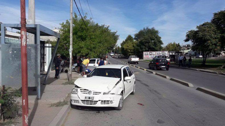 Saltó el cordón, se cruzó de carril y chocó de frente contra otro auto: un herido