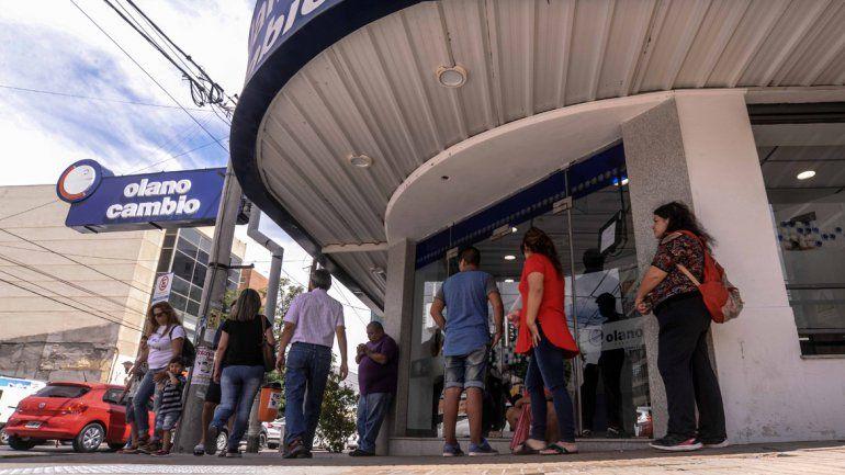 En la casa de cambio de calle Irigoyen siempre hay gente esperando.