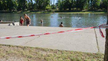 Los carteles indican que el agua no es apta, pero la gente se mete igual.