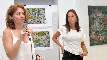 La curadora de la muestra, Vanesa Catellani, junto a la artista Florencia Pinós.