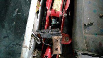 El arma estaba oculta en el interior de la camioneta.