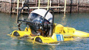 un submarino amarillo navega por el nahuel huapi