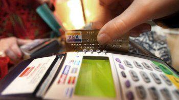 en abril se derrumbo el uso de las tarjetas de debito y credito