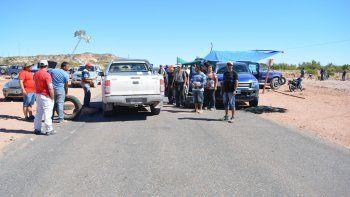 Los trabajadores cortaron la Ruta 6, a la altura del yacimiento Narambuena.