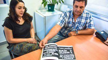 Noemí Bardelli y Guillermo Irrazábal muestran el libro que crearon para ayudar a los alumnos secundarios.