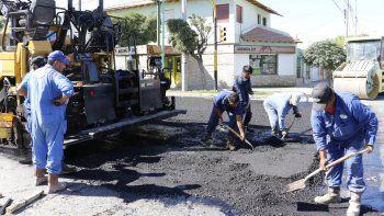 Los operarios trabajaron ayer en la repavimentación de calles en La Sirena.