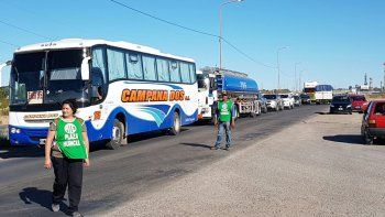Municipales endurecieron la protesta y cortan la Ruta 22