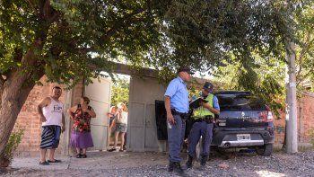 La Policía rodea al Sandero tras detener a dos de los delincuentes.