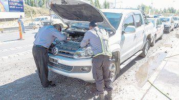 La policía de Seguridad Vial al revisar el número de motor de la Amarok.