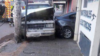 Un hombre se subió a la vereda y chocó contra un auto estacionado
