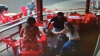 La cámara de seguridad del local grabó la pelea y el video se hizo viral.