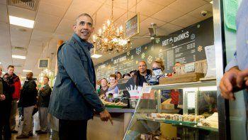Obama compró un café, la gente se desbordó y su visita se viralizó.