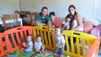 Una familia múltiple. Paz, Mikeas y Aluhé, los trillizos de 11 meses, sonríen desde el corralito junto a sus papás, Cintia y Ezequiel, y sus hermanos mayores, Gael, de 6 años, y Lucille, de 4.
