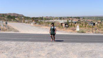 Parece el confín del mundo, pero es Valentina Norte Rural, donde un grupo de vecinos tiene que caminar un buen trecho para tomar el colectivo para ir a trabajar o al colegio.