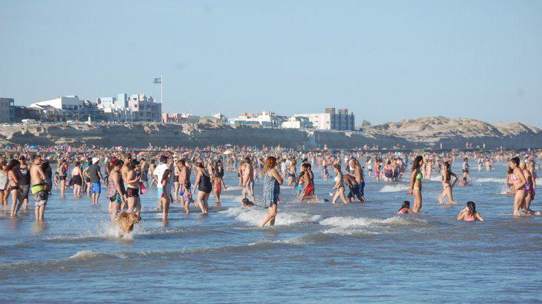 Con temperaturas cercanas a 34°, la playa fue el mejor reflejo de la gran cantidad de gente que llegó a Las Grutas.