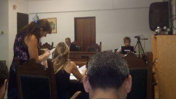 La fiscal Valeria Pannozo y la defensora pública Verónica Zingoni en elcuarto intermedio de la audiencia. De fondo, el juez Diego Piedrabuena.