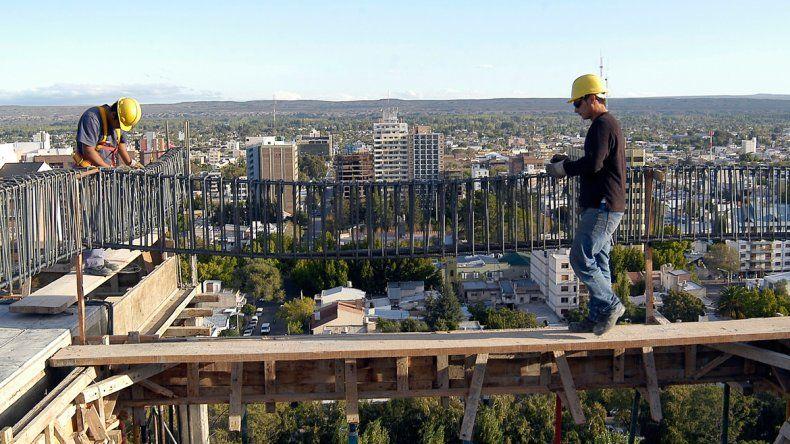 El nivel de construcción se mantiene alto en la capital neuquina. Para este año se espera que terminen entre 6 y 10 edificios que saldrán al mercado inmobiliario.