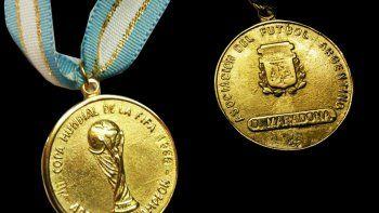 Pagaron más de 9 mil dólares por una medalla de Diego Maradona