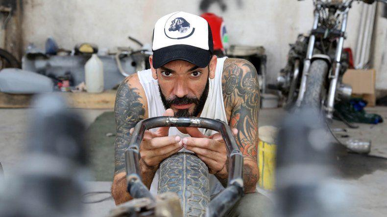 Estudio, diseño y mucho arte. Federico le dedica todo el tiempo a la restauración de motos, una pasión que crece cada día.