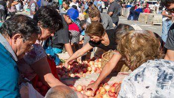 Protesta: chacareros regalaron 40 mil kilos de fruta