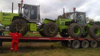 Los tractores y la pulverizadora al ser cargados para viajar a Neuquén.