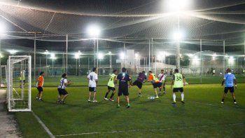 Las canchas de fútbol 5 son un espacio de ejercicio para miles de personas.