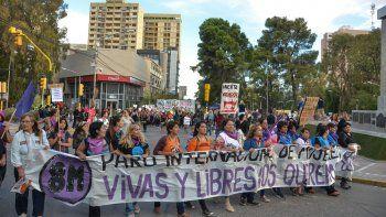 Las mujeres hicieron sentir sus reclamos en las calles de la capital neuquina, así como en otras localidades (San Martín de los Andes), en el marco del Día Internacional de la Mujer.