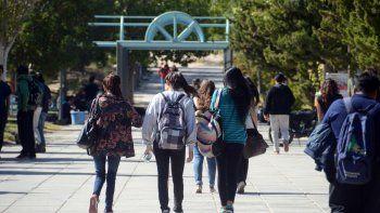 Proponen que se cobre un impuesto a casinos y petroleras para becas universitarias