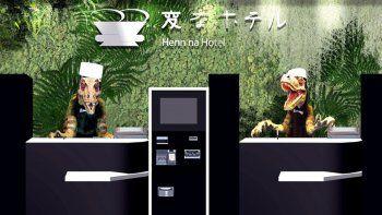 Dos dinosaurios son recepcionistas de un hotel atendido por robots