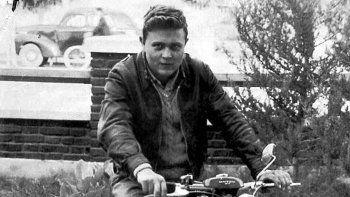 Un joven Osvaldo Soriano en el patio de su casa de Cipolletti donde vivía. Asistía a la ENET 1, que por entonces estaba en la calle Láinez en Neuquén.