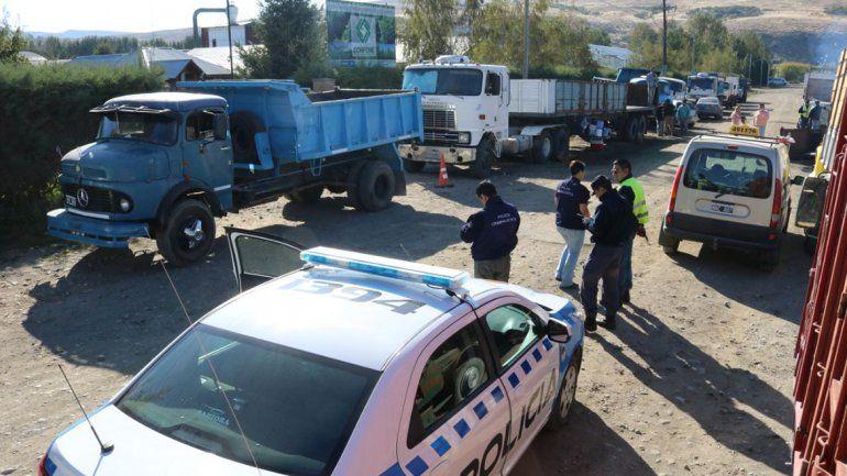 Camioneros de Corfone cortan la Ruta 40 en protesta por el Operativo Leña