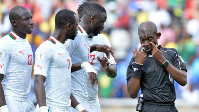 La Fifa suspendió de por vida a un árbitro ghanés que inventó un penal